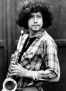 Arlo Guthrie spiller helst gitar, men på dette 1979-bildet vil han prøve seg på sax. (Foto: Wikimedia Commons)