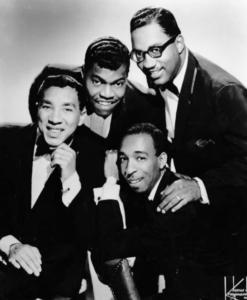 Smokey Robinson (t.v.) sammen med sitt band The Miracles, midt på 1960-tallet. (Foto: Wikimedia Commons)