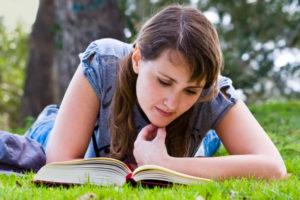 Ferie gir tid til å lese, men littteraturfestivaler er det ikke mange av da. (Foto: Wikimedia Commons)