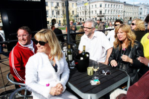 "Elisabeth ""Bettan"" ANdreassen og Hanne Krogh ville også være med på MGP-moroa og drikke vin sammen med Per Sundnes (t.v.) og Aftenposten-journalist Arve Henriksen (Foto: Birgit Dannenberg)"