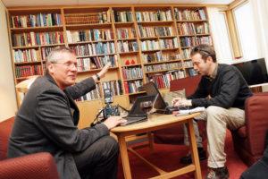 Vidar Ruud (t.v) og Geir Hopen Nødset låner et rom på den norske ambassaden i Helsingfors som MGP-kontor. (Foto: Birgit Dannenberg) 20070511