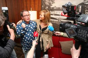 Guri Schanke stilte opp for pressen som stilte henne spørsmål som Per Sundnes svarte på. (Foto: Birgit Dannenberg)