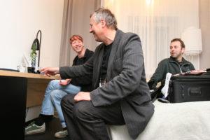 Geir Hopen Nødset (t.h) åpner dørene til sitt rom seint på natta, slik at Anders Grønneberg (t.v) og Vidar Ruud kan sende noen bilder og drikke litt vin. (Foto: Birgit Dannenberg)
