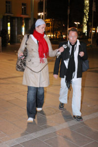 Marte Kaas Arntsen er kjapt ute med P4-mikrofonen når Per Sundnes nærmer seg hotellet. (Foto: Birgit Dannenberg)