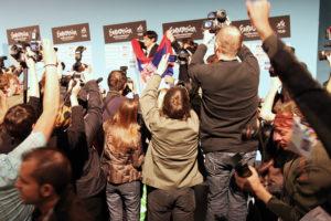 Det blir hard fotokamp om plassen, når Serbias vinner Marija Serifovic kommer til presserommet etter at seieren er klar. (Foto: Birgit Dannenberg)