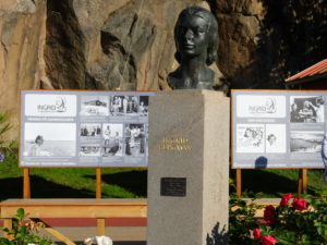 Ingrid Bergman har fått sitt eget torg og statue i Fjällbacka. I sommer har hun også fått en ustilling der. (Foto: Leif Gjerstad)