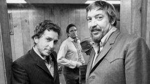 Produsent Bob Johnston (til høyre) døde fredag. Her er han i studio med Bob Dylan og Johnny Cash. (Foto: Country Hall of Fame/Wikimedia Commons)