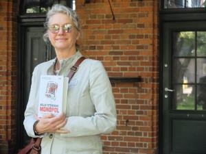 """Helle Stensbak kan musikk og hun kan økonomi. Det førte henne fram til krimromanen """"Monopol"""". (Foto: Leif Gjerstad)"""
