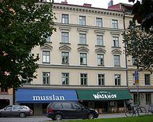 I dette huset bodde Astrid Lindgren. Både Musslan og Wasahof i førsteetasjen er to populære restauranter. (Foto: Wikimedia Commons)