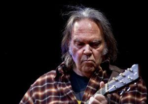 Hey Hey My My - torsdag fyller Neil Young 70 år! Her fotografert på scenen i Oslo Spektrum for få år siden. (Foto: Wikimedia Commons)