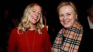 Kulturminister Thorhild Wildvey kunne tirsdag overrekke Bokhandlerprisen til Maja Lunde, for hennes roman «Bienes historie». (Foto: Kristin Svorte/Adresseavisen)