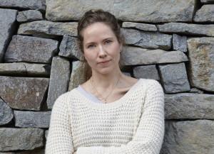 Hanna Dahl er nominert til Bragerprisen for sin novellesamling «Rønneimperiet». Det er bare andre gang på 23 år som en debutant klarer det. (Foto: Julie Pike/Gyldendal forlag)