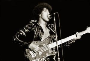 Phil Lynott i aksjon i 1980. (Foto: flickr.com)