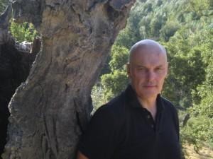 Det blir gjensyn med etterforsker Falcón og Sevilla i Robert WIlsons nye krim. (Foto: Simon Weinstock/Gyldendal forlag)