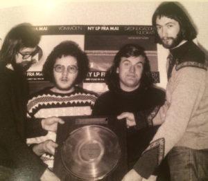 Den aller første LPen plateselskapet MAI ga ut var den aller første LPen til Vømmøl Spellmannslag. Det gikk så bra at gruppa i desember fikk overrakt gullplate for «Vømmøl'n» (Foto: MAI/Universal Music)