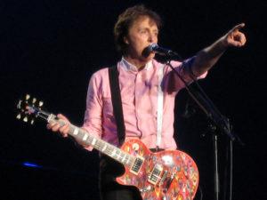 Paul McCartney har jobbet sammen med Elvis Costello på sitt nye album. (Foto: Wikimedia)