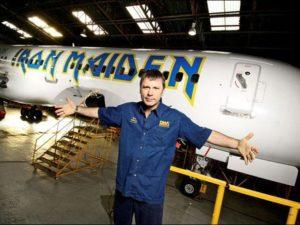 Bruce Dickinson er kaptein både på Iron Maiden-skuta og Iron Maiden-flyet. (Foto: Wikimedia Commons)