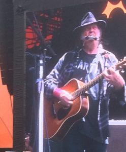 Neil Young spilte i tre timer på Roskilde-festivalen fredag. Likevel var ikke konserten ett minutt for lang. (Foto: Leif Gjerstad)