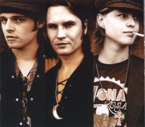 Livet ble lettere da de skiftet navn fra Hashbrowns til Midnight Choir, forteller trioen. (Foto: www.midnightchoir.org)