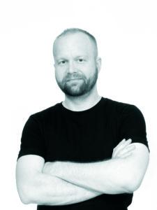 Johan Jensen har jobbet frilans for mange norske medier i mange år. Nå har han debutert spm forfatter, med romanen «Kråken». (Foto: privat)