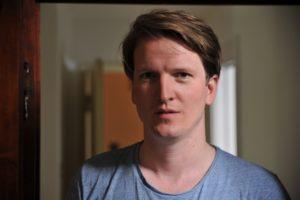 Jon Krog Pedersen er nettopp kommet hjem fra Firenze, og med i bagasjen hadde han sin debutroman. (Foto: Aschehoug forlag)