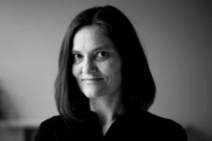 Birgit Alm debuterer i høst med romanen «Endelig kan vi le». (Foto: Paal Audestad/Tiden forlag)