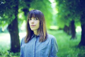 Sara Sølberg har søkt til havet for å finne stoff til debutromanen sin. (Foto: